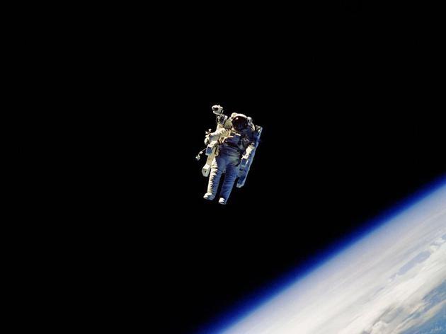 人类首次无系绳太空行走是怎样的体验